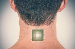 Implant bionique de processeur de puce au corps humain masculin photo stock