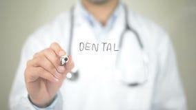 Implantação dental, escrita do doutor na tela transparente filme
