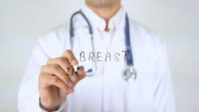Implantação do peito, doutor Writing no vidro vídeos de arquivo