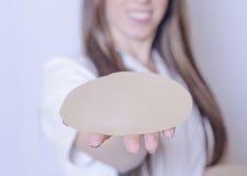 Implantes de pecho del silicón Implantes de la tenencia de la enfermera Implantes de la tenencia del doctor Cirugía plástica imagenes de archivo