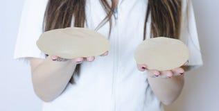 Implantes de peito do silicone Implantes da terra arrendada da enfermeira Implantes da terra arrendada do doutor Cirurgia plástic Fotos de Stock