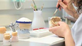 Implantes dentales de los objetos del dentista almacen de metraje de vídeo