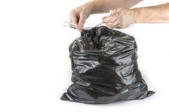 Implicado bolso de basura negro listo para poner a la basura Imagen de archivo libre de regalías