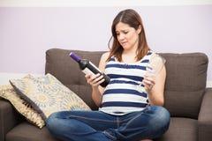 Implorer du vin pendant la grossesse photographie stock libre de droits