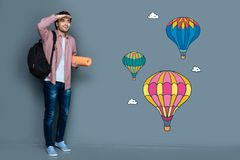 Imponerad upphetsad turist- känsla, medan se ballonger för varm luft Royaltyfri Fotografi