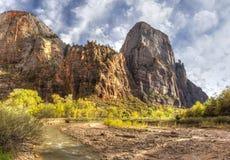 Imponerande berg över den jungfruliga floden Arkivbild
