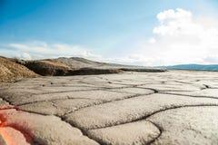 Imponerande föreställning torkad sprucken jordyttersida på Muddy Volcanoes Arkivfoto