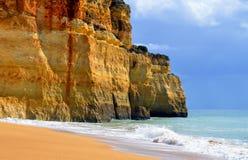 Imponerande föreställning vaggar bildande på den Benagil stranden Royaltyfria Bilder
