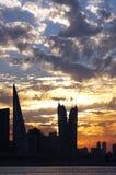 Imponerande föreställningmoln och Bahrain horisont Arkivfoton