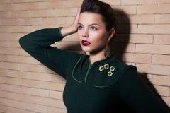 Imponierende elegante Brunette-Dame - Weiblichkeit und Harmonie Lizenzfreie Stockfotografie
