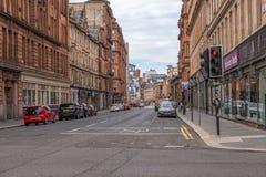 Imponująco architektura centrum miasta Glasgow przyglądający w górę Dzwonkowej ulicy i Czerwonego światła ruchu przy złączem obrazy royalty free