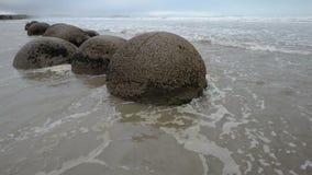 Imponująco Moeraki głazy w ocean spokojny falach zdjęcie wideo