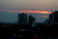Imponująco zmierzchu afterglow nad buduje miejscem w Bangkok Fotografia Stock