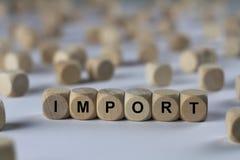 Import - kub med bokstäver, tecken med träkuber arkivbilder