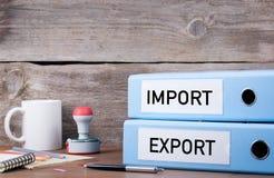 Import och export Två limbindningar på skrivbordet i kontoret Affär b royaltyfri foto