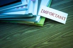 Important ; La pile des documents d'entreprise sur le bureau image stock