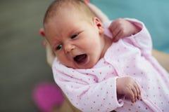 Importar-se com um bebê de grito é cansativo fotografia de stock royalty free