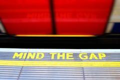 Importe de la advertencia de Gap en el borde de la plataforma del subterráneo Fotos de archivo libres de regalías