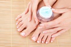 Importe-se com os pés, as mãos e os pregos da mulher Foto de Stock Royalty Free