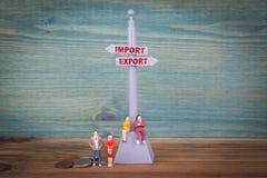Importexportbegrepp Vägvisare på trätabellen royaltyfri bild