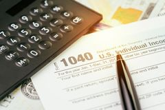 Imposez la soumission ou le concept de calcul de revenu, le stylo le 1040 USA dedans photographie stock libre de droits