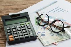 Imposez le calcul ou économisez le concept de planification, lunettes sur la pile o images libres de droits