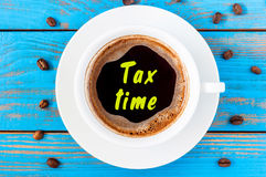 Imposez le temps écrit sur la tasse de café vue supérieure de matin Concept d'affaires Photographie stock