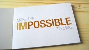 Imposible llega a ser posible por las letras el descoloramiento impresas en la página del cuaderno almacen de video