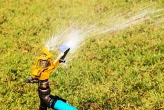 Imposta della volta dell'acqua per l'innaffiatura della pianta Fotografie Stock Libere da Diritti