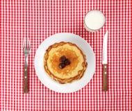 Impostando con la pila dei pancake Fotografia Stock Libera da Diritti
