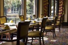 Impostazione delle Tabelle pranzanti del ristorante Immagine Stock Libera da Diritti