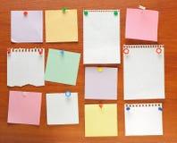 Imposti la nota appuntata ad una scheda di legno. Fotografia Stock