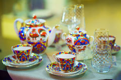 Imposti per cerimonia di tè bei tazze e bollitore per tè Immagine Stock Libera da Diritti