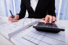 Imposto calculador da mulher de negócios Foto de Stock Royalty Free