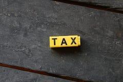 Imposto da palavra em uma tabela de madeira foto de stock royalty free