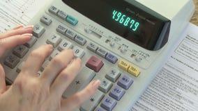 Impostos calculadores vídeos de arquivo