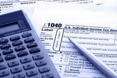 Impostos calculadores - formulário de imposto dos E.U. 1040 Fotografia de Stock Royalty Free