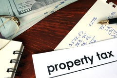 Impostos sobre os bens imóveis escritos em um papel imagens de stock royalty free
