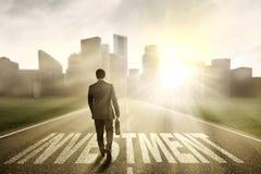 Imprenditore che cammina sulla strada di investimento Fotografia Stock Libera da Diritti