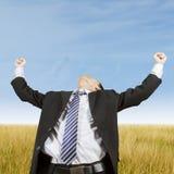 Imprenditore che celebra vittoria al campo Fotografie Stock Libere da Diritti