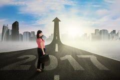 Imprenditore che fa un passo sulla via con 2017 Immagine Stock