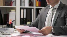Imprenditore che lavora e calcola, legge e scrive rapporti Dipendente, chiusura tabella Contabilità finanziaria delle imprese archivi video