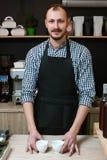 Imprenditore di barista di servizio del negozio del bar Fotografia Stock Libera da Diritti