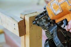 Imprenditore edile dell'inquadratura che incornicia su una dogana della sezione di parete Fotografia Stock