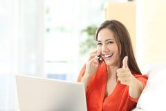 Imprenditore felice che lavora con i pollici su Fotografia Stock
