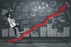 Imprenditore femminile che fa un passo su una freccia ascendente Immagine Stock