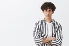 Imprenditore maschio alla moda interessato Displeased in camicia a strisce con i baffi e l'incrocio riccio delle labbra di piegat fotografia stock