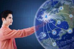 Imprenditore maschio che preme l'icona della rete sociale Fotografie Stock Libere da Diritti