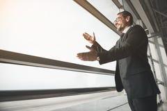 Imprenditore maturo felice che accoglie favorevolmente i suoi partner immagine stock