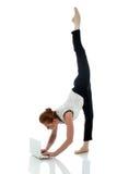 Imprenditore occupato che fa yoga, su bianco Immagini Stock